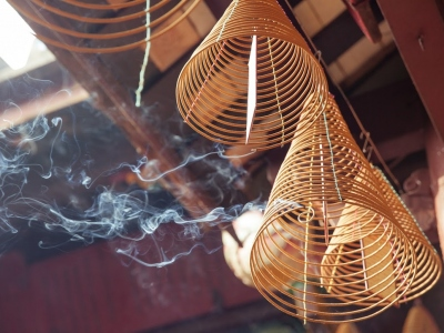 Burning-incense-in-Quan-Cong-Temple